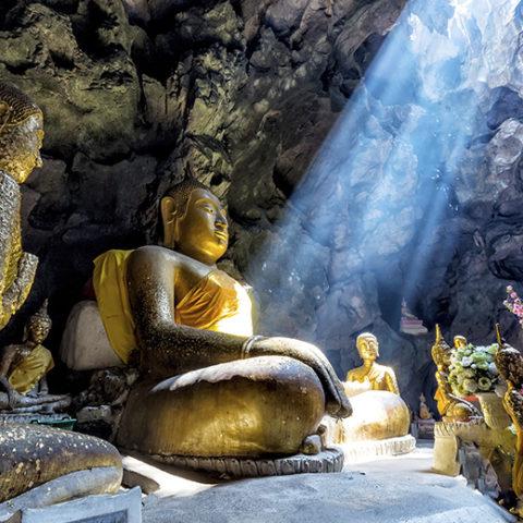 コロンボ発着「ダンブッラダンブッラ石窟寺院」と「シーギリヤ・ロック」世界遺産を満喫日帰りツアー